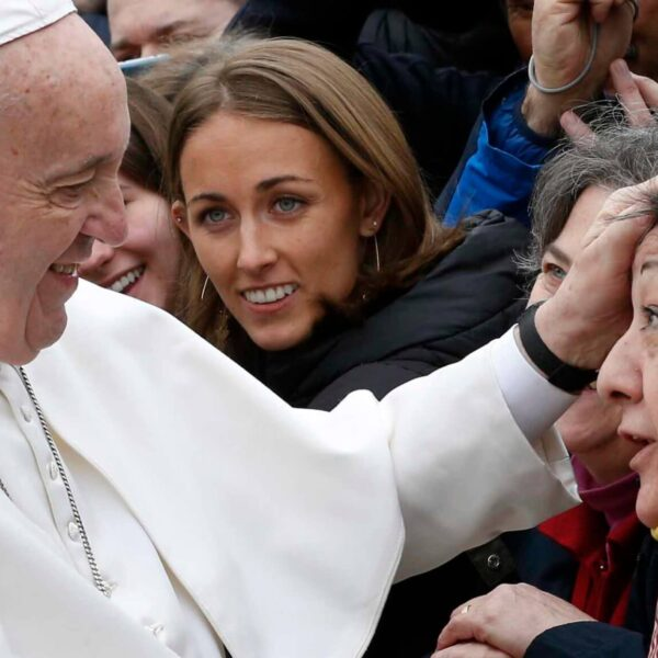 Shut off cellphone, open Bible for Lent, pope tells faithful